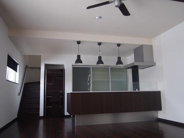 奥様のセンスが光る対面式キッチンのある広々LDKの家