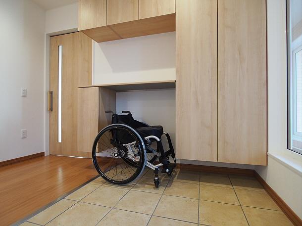 玄関は段差のないバリアフリー仕様で、車椅子スペースを考えたオリジナルの下駄箱収納を設置